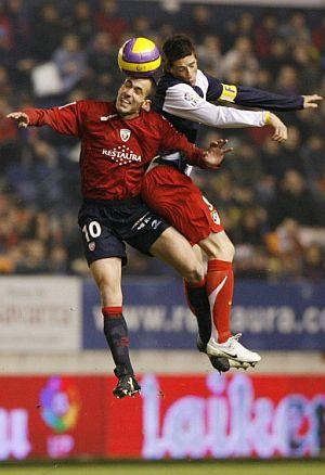 Puñal gana un balón por alto a Torres. (Foto: EFE)
