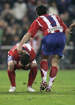 Antonio López consuela a Torres tras el fallo del penalti. (Foto: EFE)