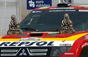 Dos trofeos del Dakar, sobre el Mitsubishi de Peterhansel. (Foto: AFP)