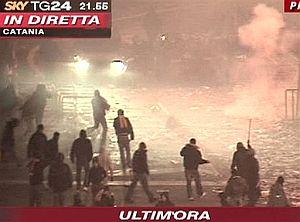Imagen de la SKYTG24 italiana en la que se ve a los 'tifosi' lanzando objetos a la Policía. (Foto: AP)