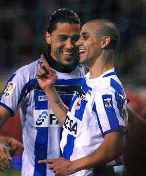 Fabian Estoyanoff (d) celebra junto a su compañero Juan Manuel Delgado el gol de penalti ante el Mallorca. (Foto: EFE)