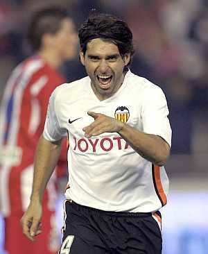 Ayala celebra un gol con el Valencia. (Foto: EFE)