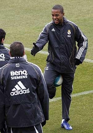 Robinho bromea durante un entrenamiento del Madrid. (Foto: EFE)
