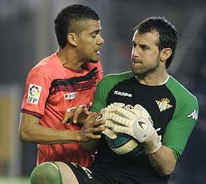Alves y Doblas, en el último derbi sevillano. (Foto: EFE)