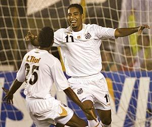 Cleber (d) celebra un gol con un compañero del Santos. (Foto: AP)