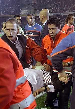 Juande es evacuado, inconsciente. (Foto: EFE)