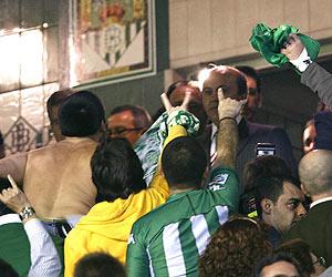 Recibimiento de la afición bética a Del Nido en el palco del Ruiz de Lopera. (Foto: EFE)
