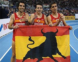 Gallardo, Higuero, y Casado, exultantes tras la carrera. (Foto: AFP)