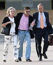 Fuentes, entre su madre y su abogado, a la salida de la cárcel de Soto del Real, el pasado 27 de mayo. (EFE)