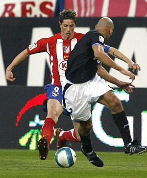Torres intenta superar el marcaje de Manuel Pablo. (Foto: EFE)