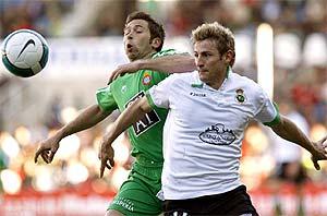 Tamudo y Rubén pugnan por un balón. (Foto: EFE)