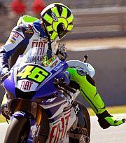 Rossi saluda a la cámara tras acabar el entrenamiento. (Foto: EFE)