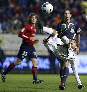 Jesús Navas despeja un balón de chilena. (Foto: AFP)