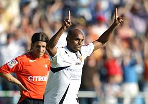 Ewerthon festeja uno de sus goles en La Romareda. (Foto: AFP)