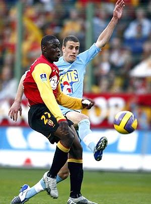 El jugador del Lens Aruna Dindane (i) pelea por el balón con el jugador de Le Mans Cyriaque Louvion. (Foto: EFE)
