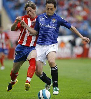 Torres disputa un balón a Nano. (Foto: EFE)