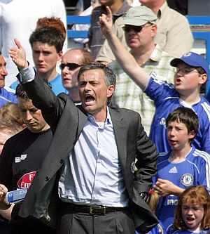 Mourinho se queda sin dos de sus jugadores clave para el partido frente al Liverpool. (Foto: AP)