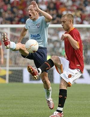 Daniele de Rossi pretende burlar la entrada de un rival del Lazio. (Foto: AFP)