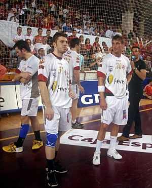 Los jugadores del Ademar, decepcionados por la final. (Foto: EFE)