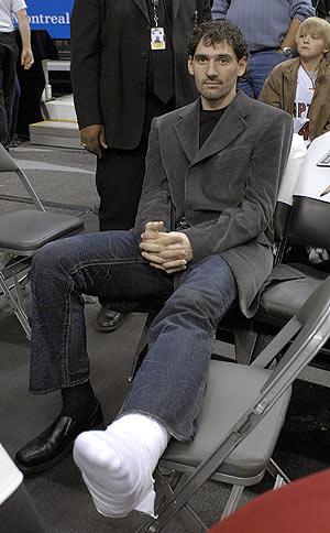Jorge Garbajosa, en el banquillo de Toronto tras la lesión. (Foto: EFE)