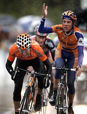 Dekker reclama algo mientras Antón acelera hacia la victoria. (Foto: AFP)