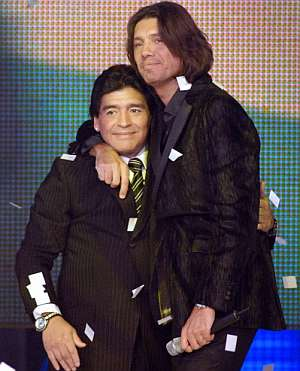 Maradona se abraza con el presentador del programa, Marcelo Tinelli. (Foto: EFE)