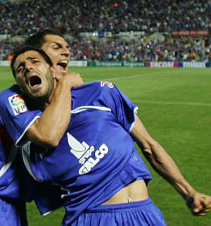 Güiza y Casquero celebran el cuarto gol. (Foto: AP)