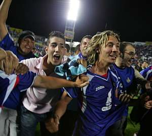 Seguidores del Getafe saltan al campo tras el triunfo histórico. (AFP)