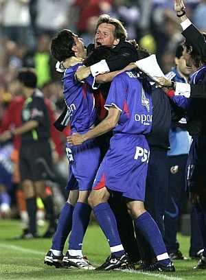 Schuster celebra el triunfo con sus jugadores. (Foto: EFE)