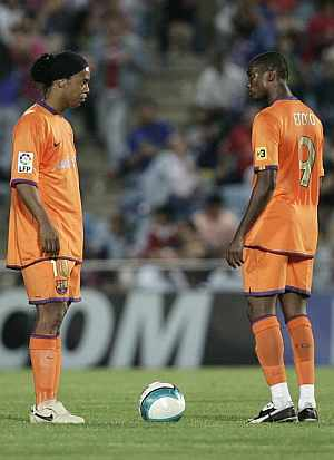 Ronaldinho y Eto'o, petrificados tras el cuarto gol. (Foto: EFE)