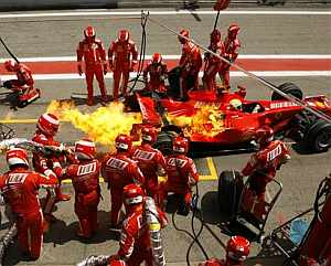 Massa dejó el box entre llamas. (AFP)