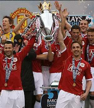 Los jugadores del Manchester levanta el trofeo de campeones de la Premier. (Foto: AP)