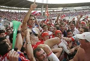 Los jugadores del Almería, a hombros. (Foto: EFE)