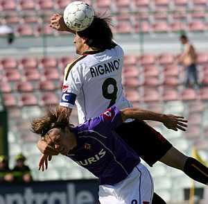 El jugador del Messina Riganò (arriba) pelea por el control del balón con el jugador de la Fiorentina Billeskov. (Foto: EFE)