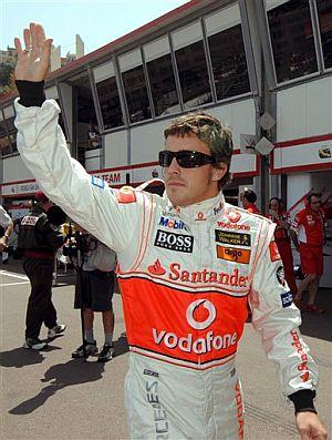 Alonso, tras los entrenamientos. (Foto: AP)