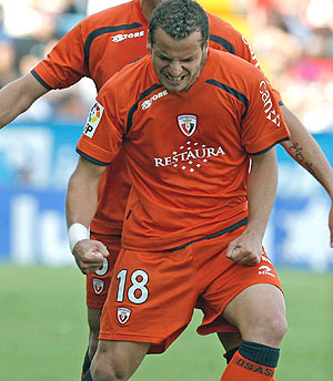 Soldado celebra uno de sus tres goles al Levante. (Foto: EFE)