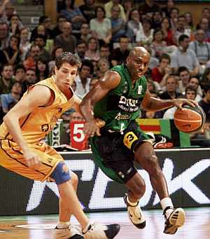 Bennett supera a Mario Fernández. (Foto: EFE)