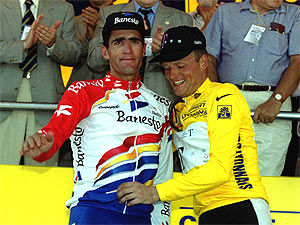 Indurain junto a Riis, en el podio, tras la etapa del Tour que acabó en Pamplona en 1996. (Foto: REUTERS)