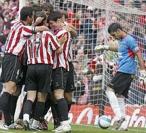 El Athletic celebra el gol de Urzaiz de penalti. (Foto: EFE)