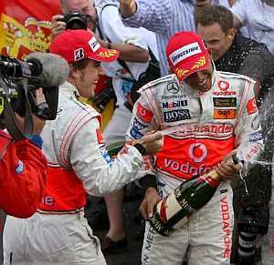 Alonso y Hamilton celebran el doblete en Mónaco. (Foto: EFE)