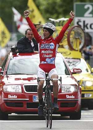 Stefano Garzelli triunfa en la gélida jornada. (Foto: AP)