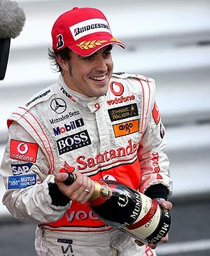 Alonso, celebrando la victoria tras el Gran Premio de Mónaco. (Foto: EFE)
