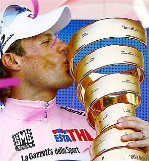 Danilo Di Luca besa el trofeo. (Foto: AP)