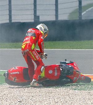 Lorenzo trata de levantar su Aprilia para reemprender la marcha. (Foto: motorsport48)