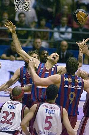Jordi Trías intenta coger un rebote. (Foto: EFE)