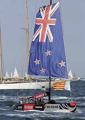 El New Zealand regresa a puerto con la bandera neozelandesa desplegada. (Foto: EFE)