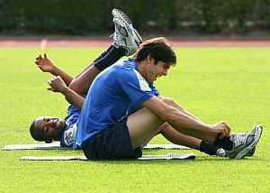 Robinho bromea con Kaká en un entrenamiento de la selección brasileña. (Foto: EFE)