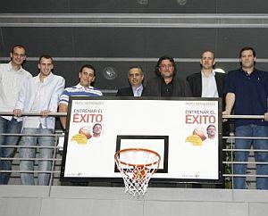 Carlos Jiménez, Sergio Rodríguez, el periodista de EL MUNDO Luis Fernando López, José Luis Saez, Pepu Hernández, Alberto Herreros y Alfonso Reyes. (Foto: EFE)