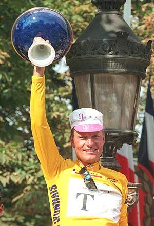 Bjarne Riis, tras ganar el Tour de Francia en 1996. (Foto: AFP)