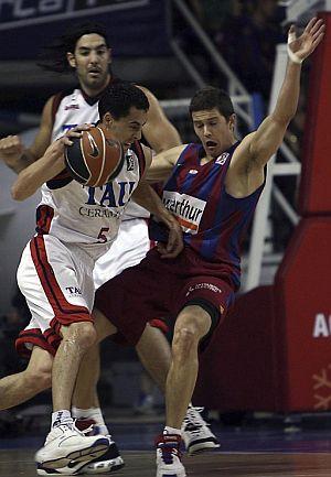 Prigioni y Lakovic, en una acción del partido. (Foto: EFE)